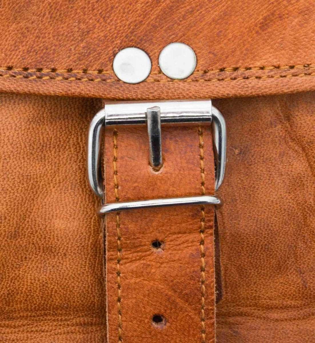 Outlet Rucksack – leichter Rost – kleinere Lederfehler - Klebespuren im Innenfutter – ansonsten neu