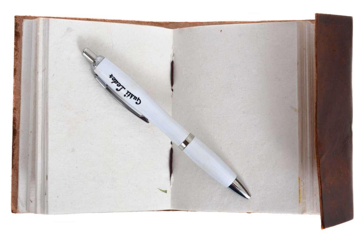 Outlet Buch – kleinere Lederfehler - gerissene Schnur - ansonsten neu – siehe Video